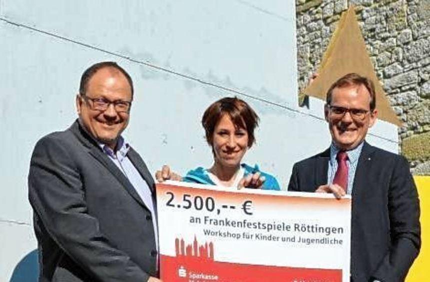 Burkhard Ziegler von der Sparkasse zusammen mit Frederike Faust und Bürgermeister Umscheid.