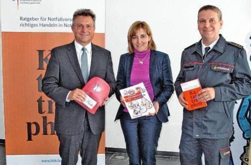 Im Beisein von Kreisbrandmeister Jörg Kirschenlohr übergab MdB Nina Warken Informationsmaterial zum ...