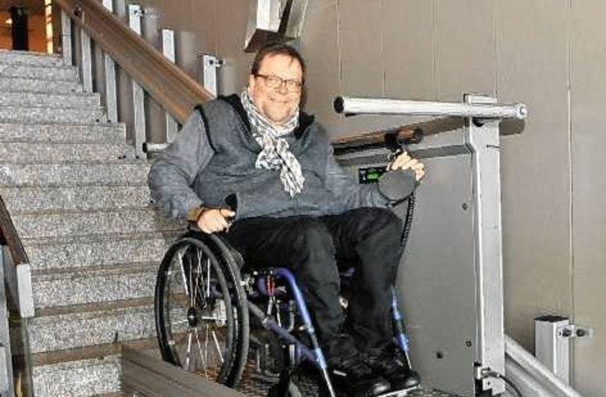 Matthias Rösch probierte den Treppenlift selbst aus.