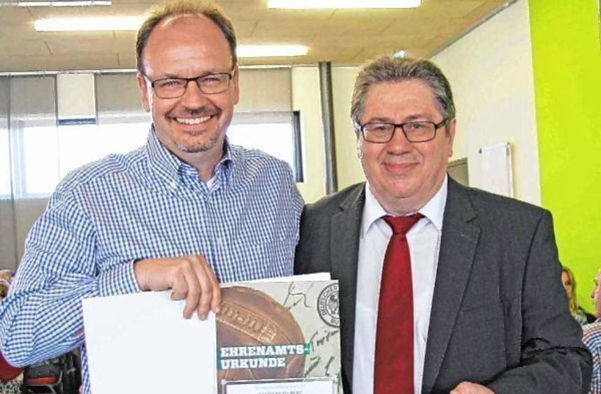 Großes Lob: Matthias Filbert (l.) präsentiert stolz die Urkunde mit Helmut Sickmüller, ...