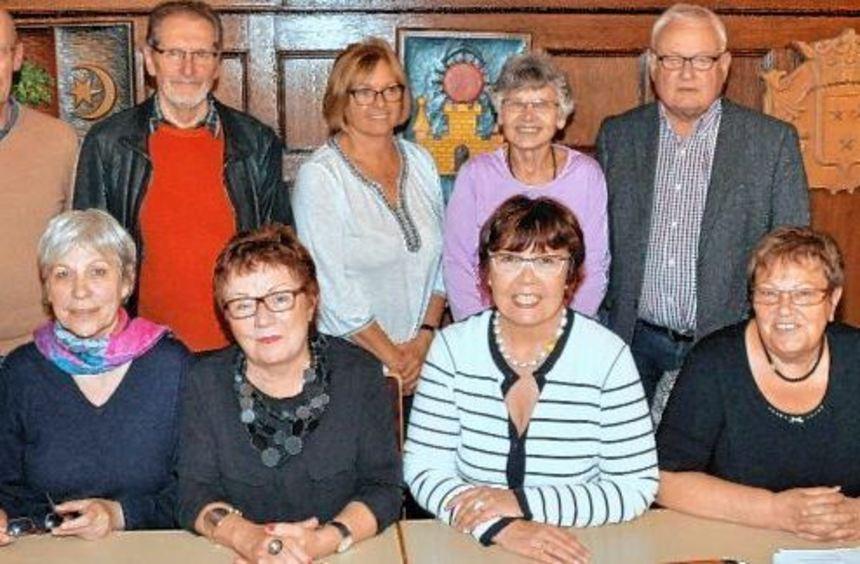Annette Moll (2.v.r., sitzend), wurde bei der Hauptversammlung des Partnerschaftsvereins als ...