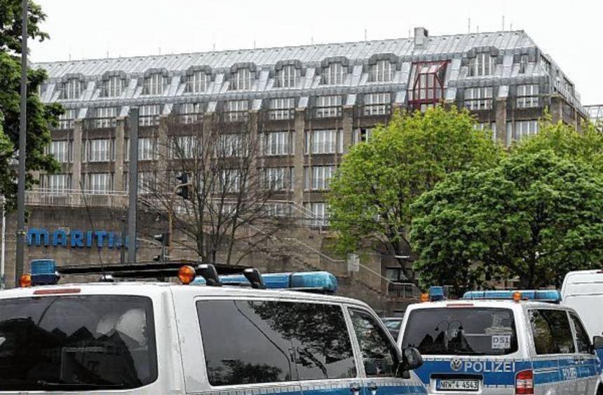 """Polizeifahrzeuge stehen vor dem Kölner Hotel """"Maritim"""", in dem am Wochenende der Parteitag der AfD ..."""