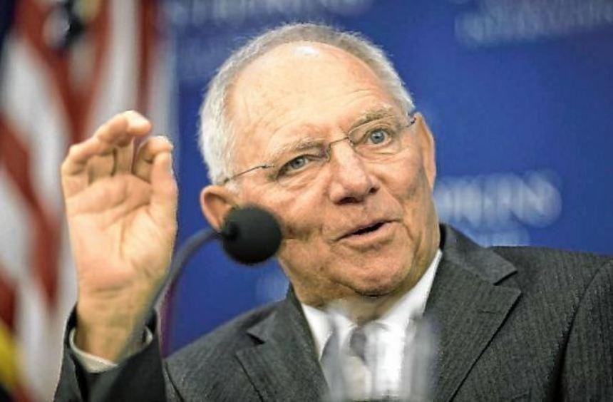 Bundesfinanzminister Wolfgang Schäuble wehrte in Washington alle Vorwürfe wegen der immensen ...