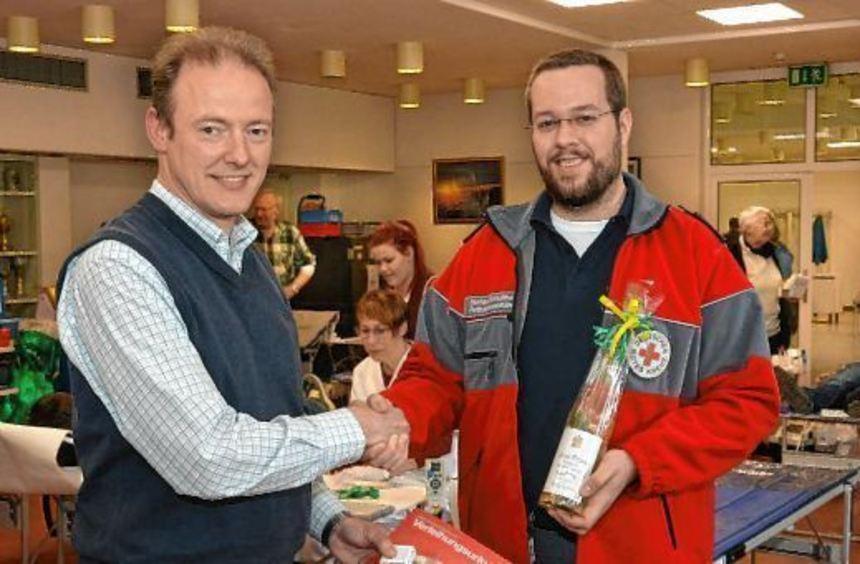 Für seine zehnte Blutspende wurde Claus-Uwe Katzenmeier (links) von Stefan Schultheis vom DRK ...