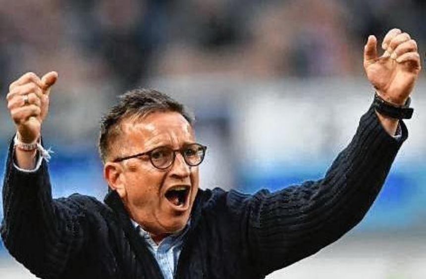 FCK-Trainer Norbert Meier freut sich über den glücklichen Heimsieg.