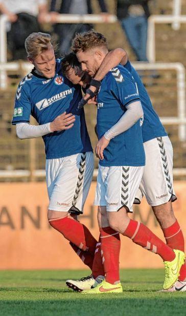 Freude beim VfR: Steffen Kochendörfer (l.) und Marcel Höhn (r.) herzen den Torschützen des 2:0, ...