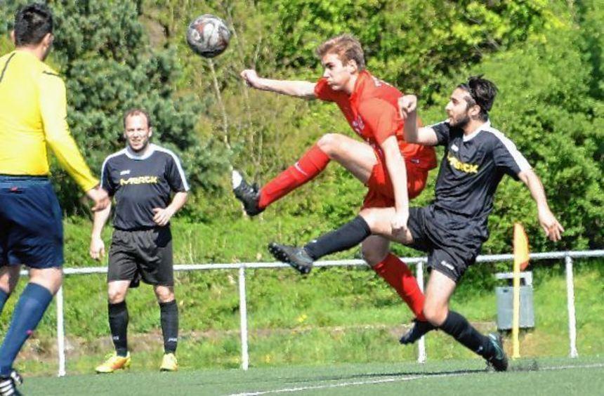 Youngster Jonas Reiter (Mitte im roten Trikot) hat im Kreisoberliga-Team der Tvgg Lorsch voll ...