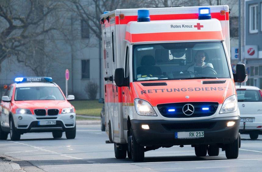 Ein Rettungswagen und ein Notarzteinsatzfahrzeug fahren mit Blaulicht zum Unfallort.