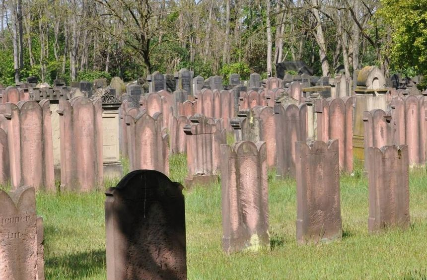 Ein Rundgang auf dem jüdischen Friedhof in Alsbach gehörte zum Begleitprogramm der noch bis zum 14. ...