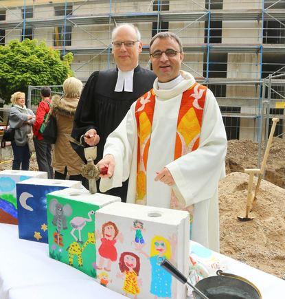Die Dekane (v.l.) Ralph Hartmann und Karl Jung beim Richtfest des ökumenischen Kinderhauses freuen ...