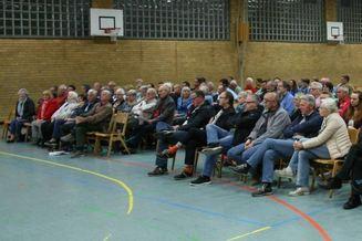 Viele Sind Gekommen Zur Versammlung Des SKV Sandhofen, Doch Die Meisten  Sitzen Noch In Den