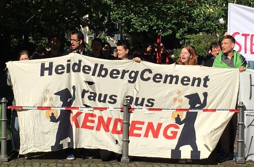 Bei der Hauptversammlung von HeidelbergCement protestieren Gegner eines geplantes Zementwerks in ...