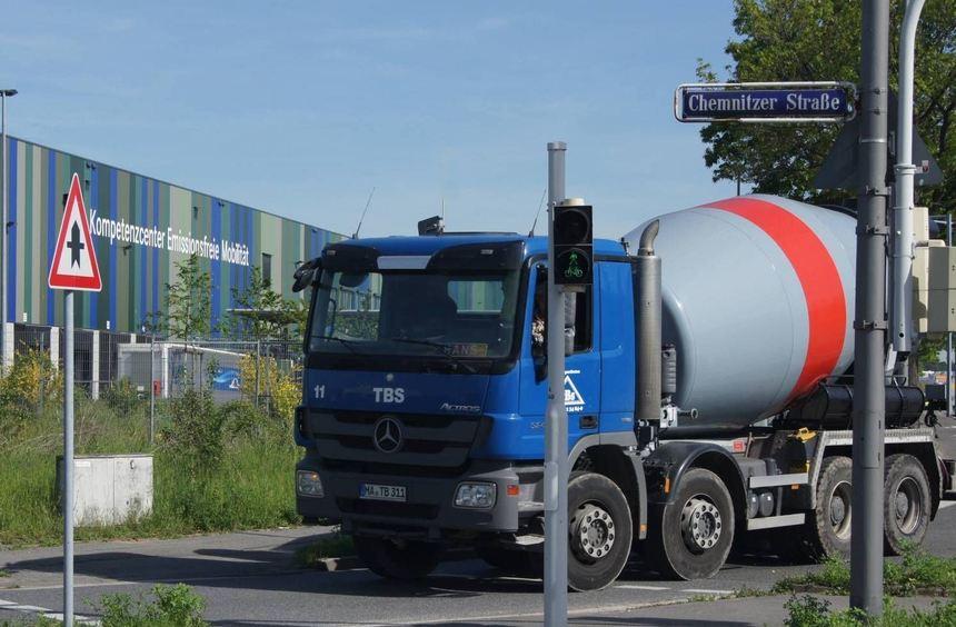 Die Chemnitzer Straße wird von vielen LKW - auch im Zusammenhang mit der Taylor-Baustelle - als ...