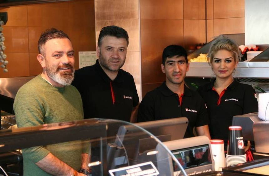 Freuen sich auf Mannheimer Kunden: Filialleiter Murat Özkan (v.l.) und sein Team - Ahmet Demirtas, ...