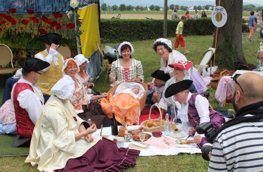 Auch solche schön kostümierte Gruppen schlagen bei der Spargelwanderung ihr Picknick auf.