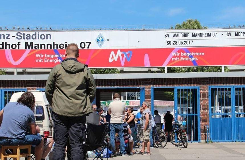 Hartnäckigkeit zahlt sich aus: Anhänger des SV Waldhof warteten geduldig, um an die letzten ...
