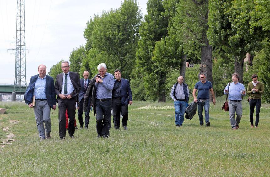 Bei der zweieinhalbstündigen Tour war Oberbürgermeister Peter Kurz mit verschiedenen Neckarstädtern ...