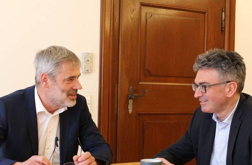 Der Präsident des Städtetags Baden-Württemberg, Dieter Salomon (rechts), beim Interview mit unserem ...