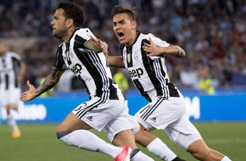 Turins Dani Alves (links) jubelt mit seinem Teamkollegen Paulo Dybala über seinen Treffer zum 1:0 ...