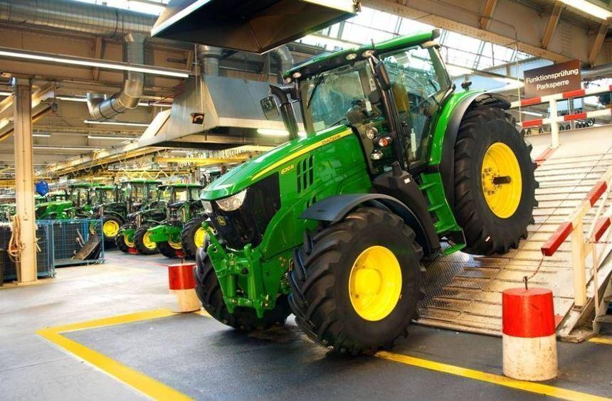 Endmontage im Mannheimer Werk von John Deere: Die Kabinen der Traktoren kommen aus Bruchsal ...
