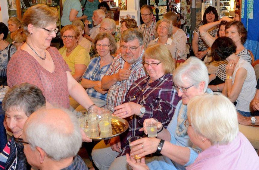 Gabriele Hönig verteilt selbst gemachte Limonade mit Zitrone und Ingwer an ihre Gäste. Der Abend ...