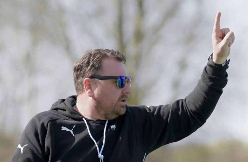 Coach Marco Falkenstein empfängt mit der SG Hüttenfeld die Reserve der Sportfreunde aus Heppenheim.