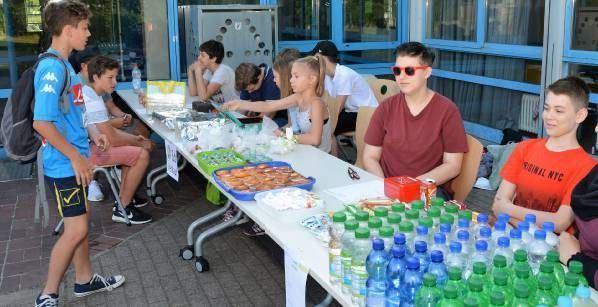 Die Klasse 8d sorgt für Wasser, isotonische Getränke, Müsliriegel, Muffins und frisches Obst.