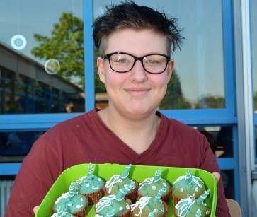 Maike hat Einhorn-Muffins für die Rennkollegen gebacken.