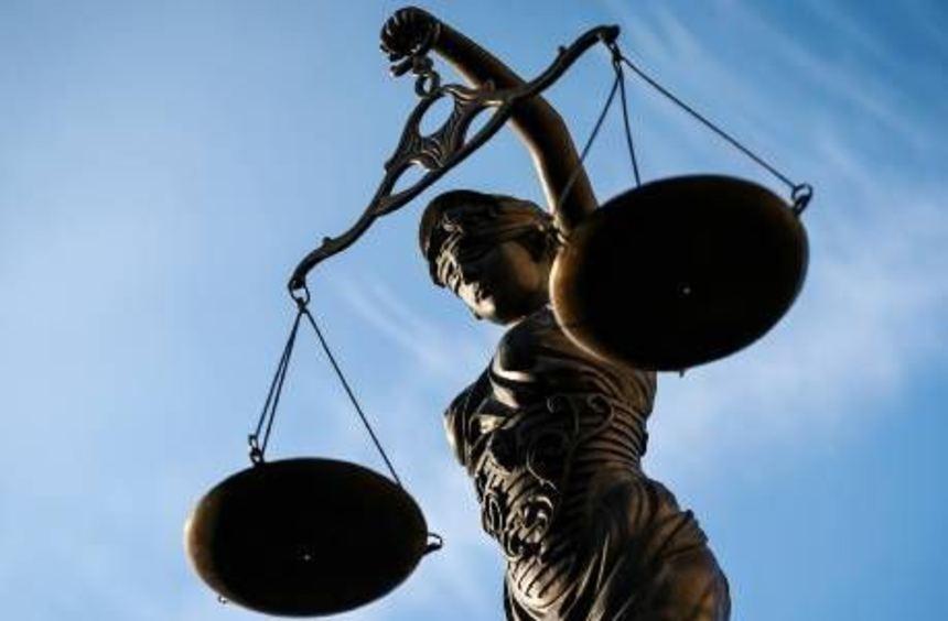 Das Gericht urteilt in einem schweren Fall von Vergewaltigung.
