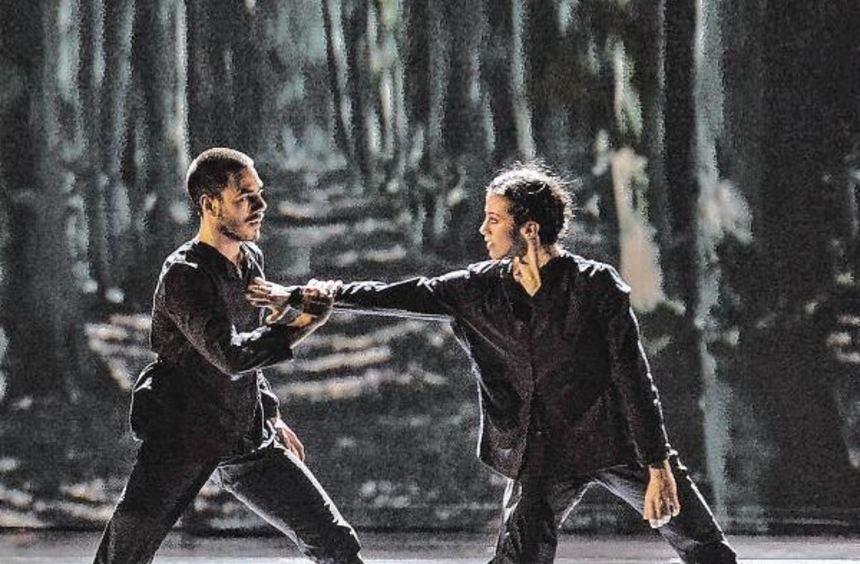 """Tanzen im Nationaltheater zu Simeon ten Holts Musik """"Canto Ostinato"""" gemeinsam die Figur der ..."""