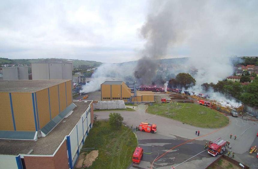 In dem Ochsenfurter Südzucker-Werk war zunächst eine Lärmschutzwand aus Heuballen in Brand geraten.