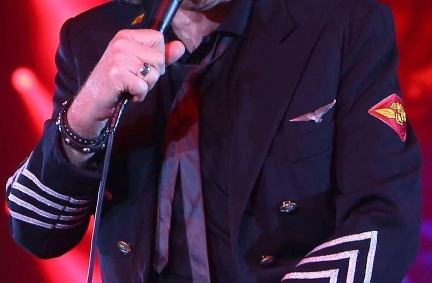 In Michael-Jackson-Pose: Udo Lindenberg präsentiert sich bei seinem Mannheimer Gastspiel Mannheim ...