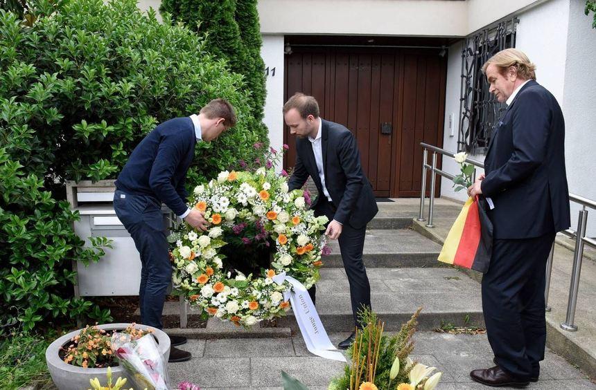 Nach einem Gedenkmarsch der Jungen Union in Ludwigshafen-Oggersheim legen Trauernde (von links ...