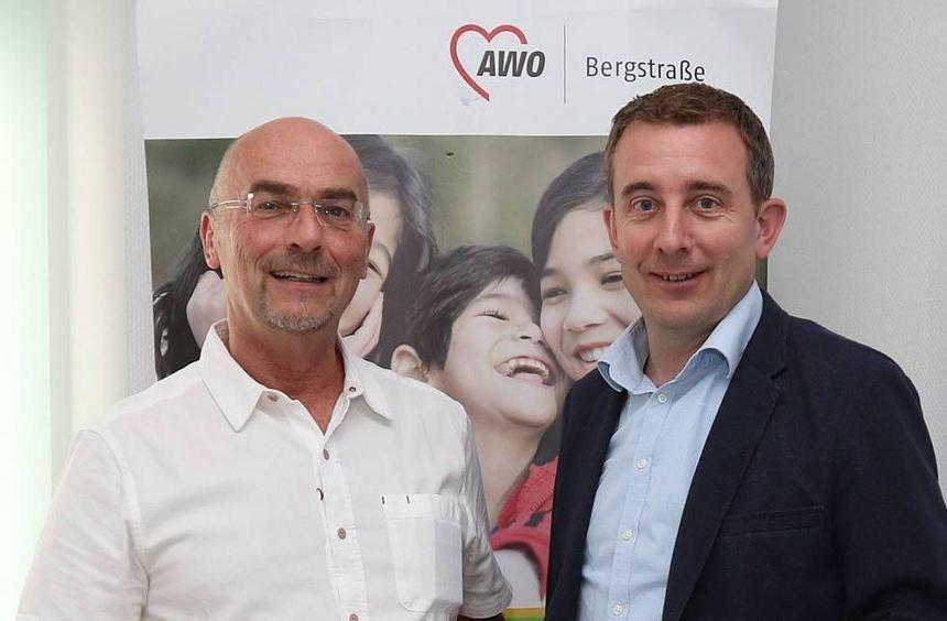 Kreisbeigeordneter Karsten Krug (r.) zu Besuch bei der AWO in Bürstadt. Er überreicht den Bescheid ...