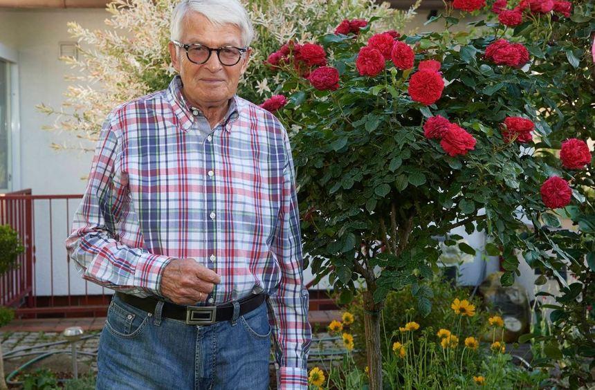 Norbert Hofmann vorm Rosenstrauch im Garten seines Hauses. Hier genießt er die Natur, sie ist ein ...