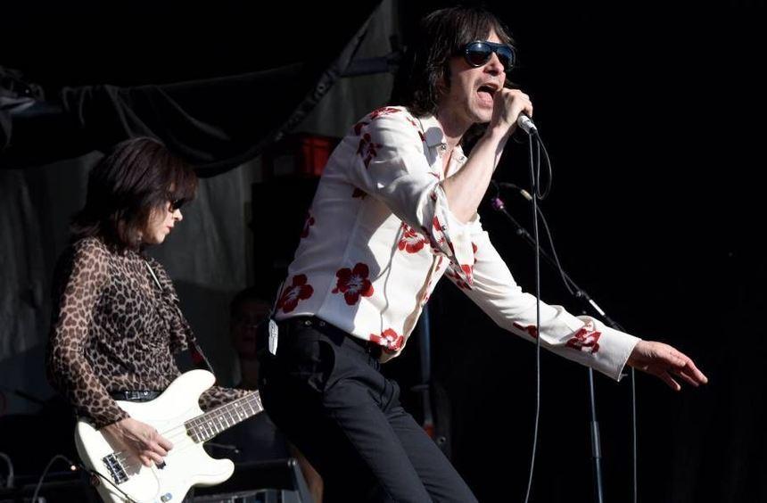 Primal-Scream-Sänger Bobby Gillespie kämpft ums Publikum.