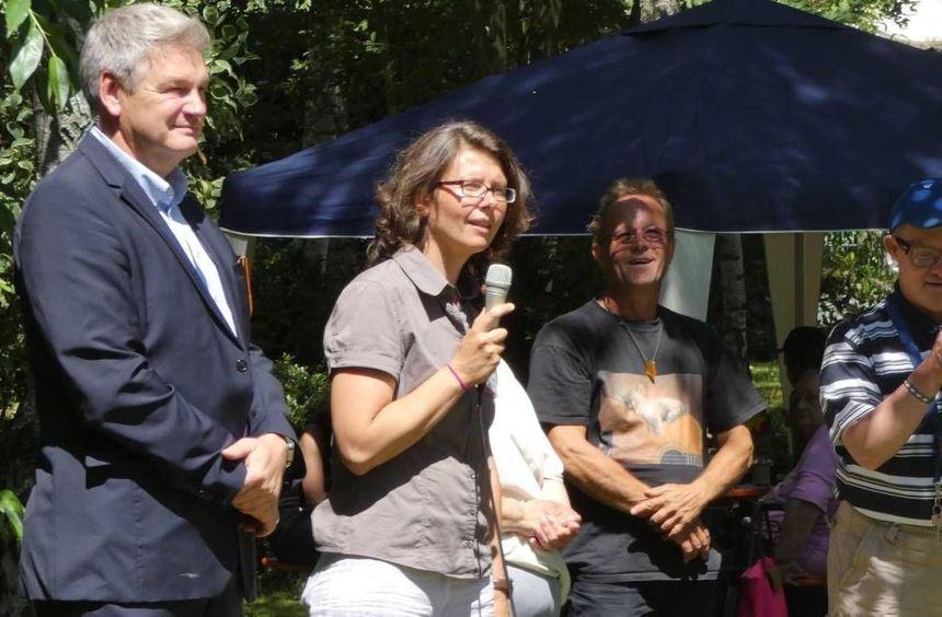 Erster Stadtrat Jens Bolze (l.) und Teamleiterin Tatjana Puusepp (am Mikrofon) begrüßen gemeinsam ...