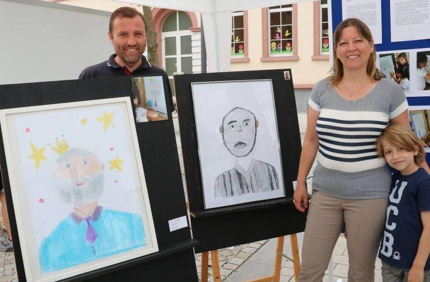 Gonca und Muzaffer Karagöz (l.) präsentieren auf dem Wochenmarkt Porträts, die Hortkinder des TiB ...