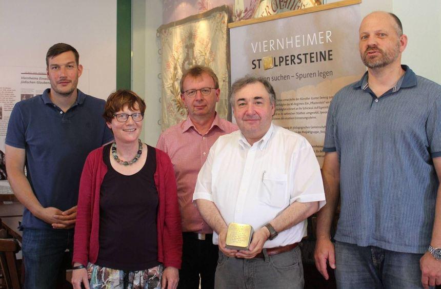 """Das nächste """"Stolperstein""""-Projekt steht an (v.l.): Lehrer Timm Clausen, Archivleiterin Gisela ..."""