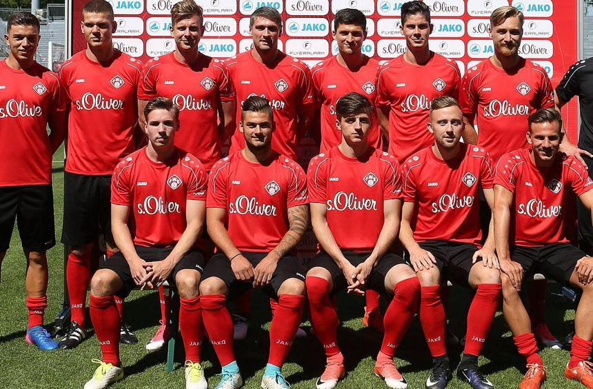 Die Neuzugänge der Würzburger Kickers (stehend von links): Kai Wagner, Anthony Syhre, Maximilian ...