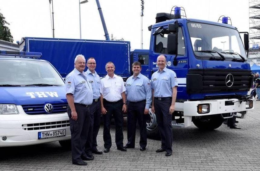 Zwei neue Fahrzeuge für das THW Ludwigshafen: (v.l.) Gerhard Kunkel (Vorsitzender Förderverein), ...