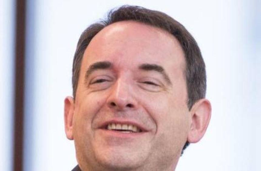 Alexander Lorz lacht während einer Sitzung im Hessischen Landtag.