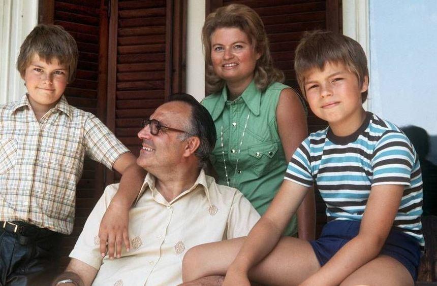 Helmut Kohl mit seiner Ehefrau Hannelore und seinen Söhnen Walter (l.) und Peter (r.) aufgenommen ...