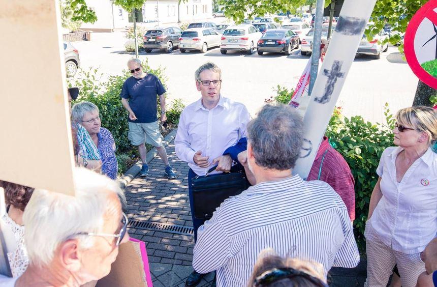 Weil Landrat Christian Engelhardt noch mit protestierenden Windkraftgegnern diskutierte, begann die ...