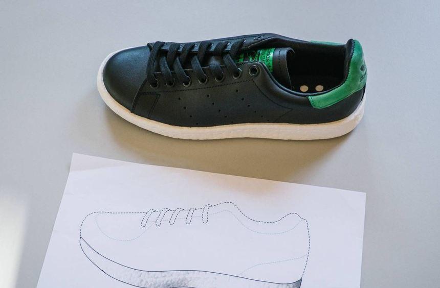 """Ein Adidas-Sportschuh des Models """"Stan Smith Boost"""" im Landgericht Braunschweig neben einem ..."""