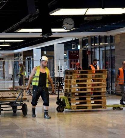 Passagiere gibt es am BER noch keine - dafür eine Menge Bauarbeiter.