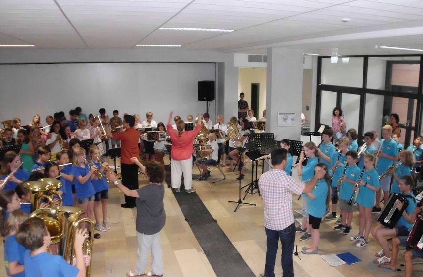 Abschluss des Begegnungskonzerts: Die Bläserklassen von fünf Schulen der Region spielen gemeinsam ...