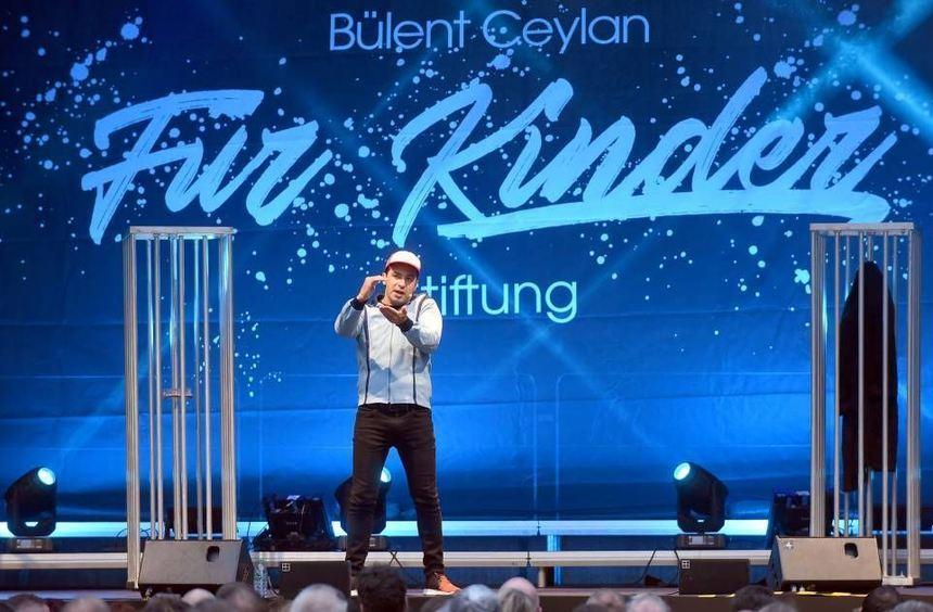 """Bülent Ceylan als Kultfigur """"Harald"""" auf der Heddesheimer Dorfplatz-Bühne, wo er vor 600 Zuschauern ..."""