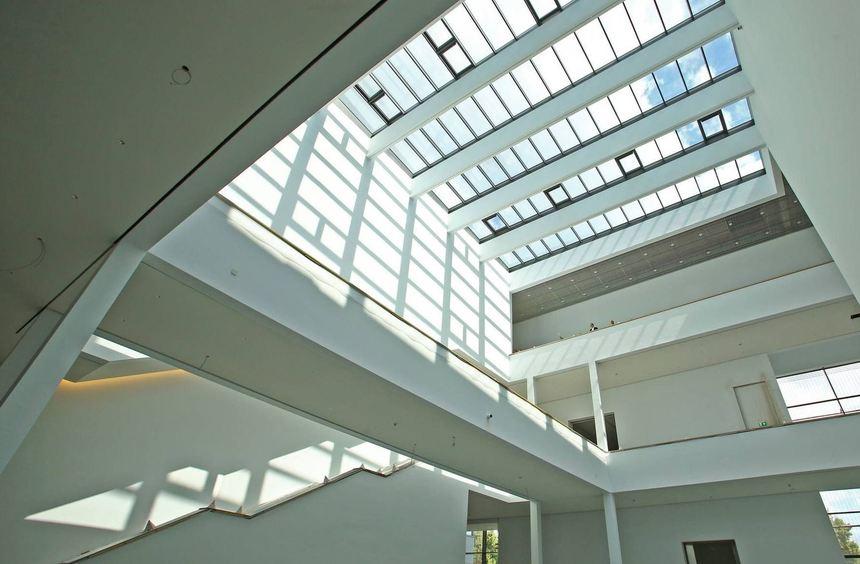 Hierher ist der Eintritt stets frei: das helle, lichtdurchflutende Atrium der neuen Kunsthalle ...