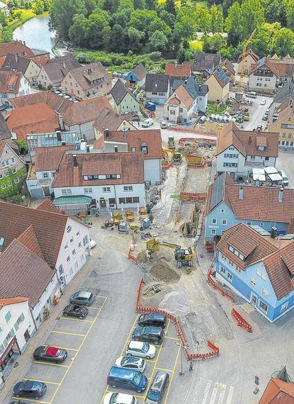 Aus der Luft gut zu erkennen: Fast die ganze Braunsbacher Ortsmitte ist Baustelle. Demnächst ...